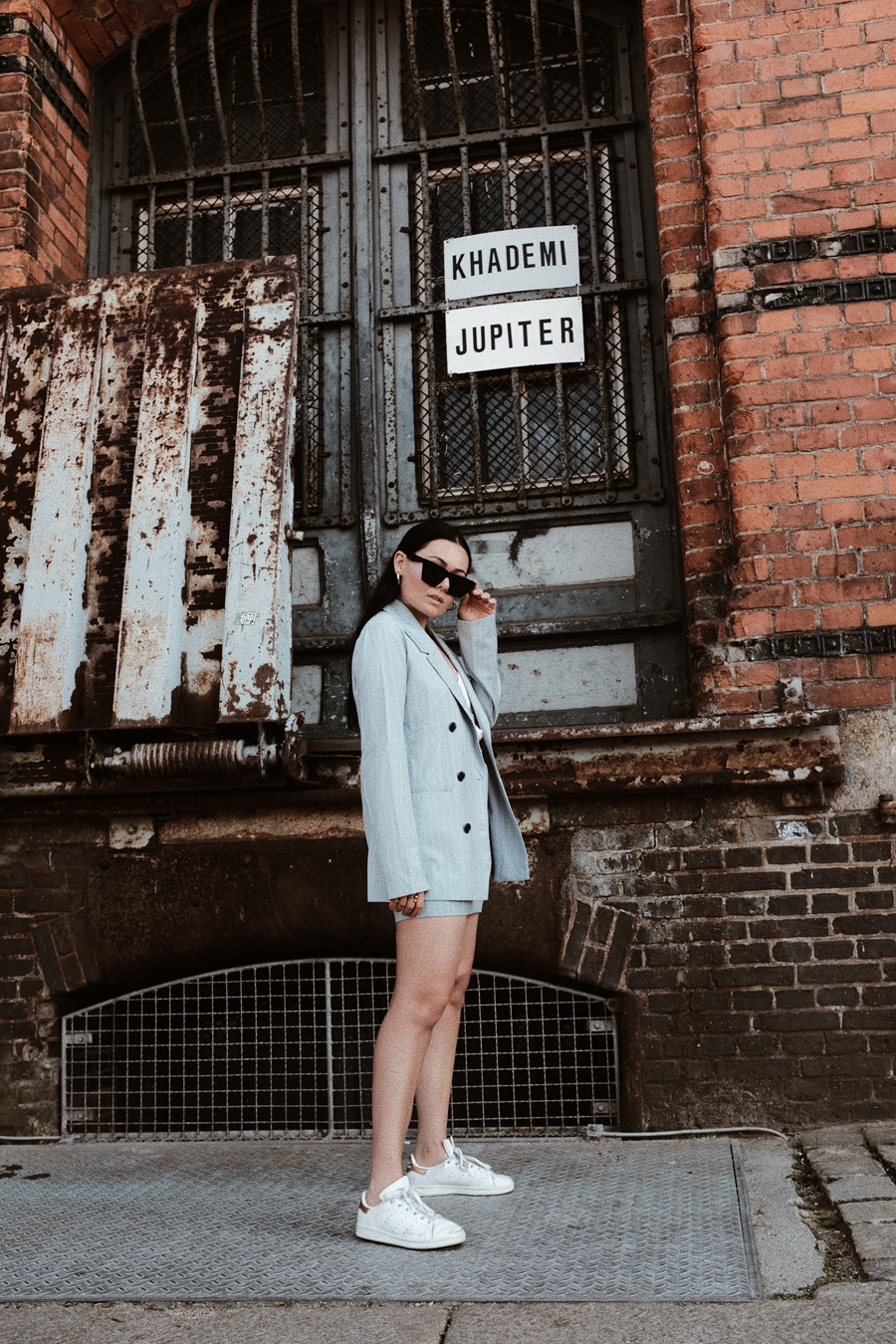 magdalena+fuez+fashion+blogger+deutschland+germany+hamburg+edited+the+label+outfit+sommer+anzug+summer+suits+baby+blue+lina+mallon+stan+smith+sneakers